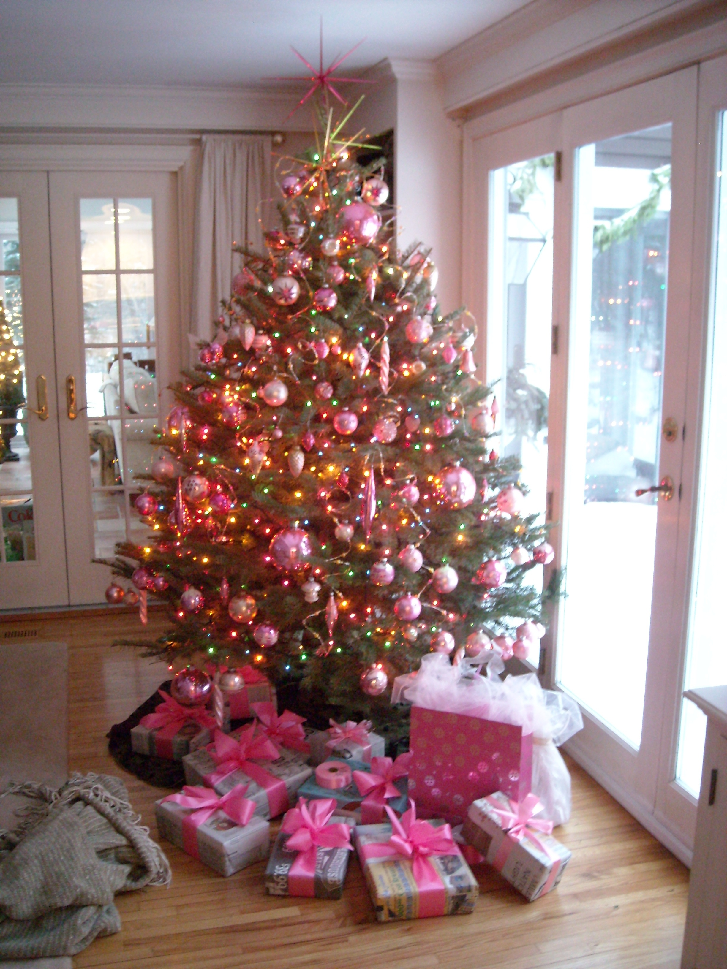 The pink ornaments a breakfast serial for Christmas tree with red and silver decorations